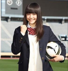 制服姿の松井愛莉さん